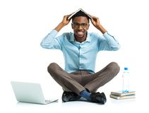 Glücklicher AfroamerikanerStudent mit Laptop, Büchern und BO Stockbild