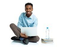Glücklicher AfroamerikanerStudent mit Laptop, Büchern und BO Stockfotos