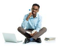 Glücklicher AfroamerikanerStudent mit Laptop, Büchern und BO Stockbilder