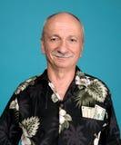Glücklicher alter Mann mit Dollarscheinen in der Tasche Stockfoto