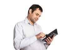 Glücklicher Angestellter schreibt Anmerkungen in Notizbuch Lizenzfreie Stockfotografie