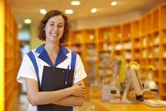 Glücklicher Apotheker mit Klemmbrett lizenzfreies stockfoto