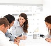 Glücklicher Architekt mit ihrem Team während einer Sitzung Lizenzfreie Stockbilder