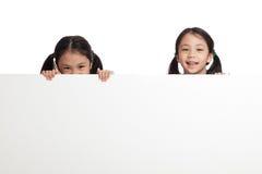 Glücklicher Asiat paart Mädchen hinter weißer leerer Fahne lizenzfreie stockfotos