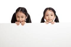 Glücklicher Asiat paart Mädchen hinter weißer leerer Fahne stockfoto