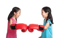 Glücklicher Asiat paart Mädchen mit Boxhandschuhen lizenzfreie stockfotografie