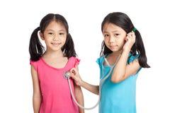 Glücklicher Asiat paart Mädchen mit Stethoskop lizenzfreie stockfotografie
