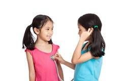 Glücklicher Asiat paart Mädchen mit Stethoskop stockfotos