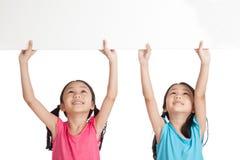 Glücklicher Asiat paart Mädchen mit weißen leeren Fahnenunkosten stockbilder