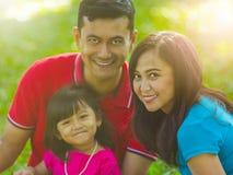 Glücklicher asiatischer Familienporträt-Naturhintergrund lizenzfreies stockfoto