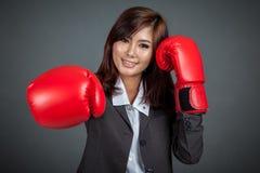 Glücklicher asiatischer Geschäftsfraudurchschlag mit Boxhandschuh Stockfoto