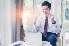 Glücklicher asiatischer junger hübscher Geschäftsmann stockbilder