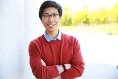 Glücklicher asiatischer Mann mit den Armen gefaltet lizenzfreie stockfotos