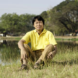 Asiatischer Mann von mittlerem Alter im Park Stockbild