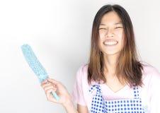 Glücklicher asiatischer Reiniger, der Staubreiniger hält lizenzfreie stockbilder