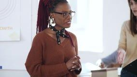 Glücklicher aufgeregter junger afrikanischer weiblicher Chef der Nahaufnahme, der, plaudernd zum Publikum lacht, das Konferenzges stock video