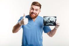 Glücklicher aufgeregter männlicher Arzt oder Krankenschwester, die Finger zeigen Stockfotos