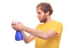 Glücklicher bärtiger Mann wäscht sich mit Spray und Gummi lizenzfreies stockbild