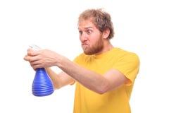 Glücklicher bärtiger Mann wäscht sich mit Spray und Gummi lizenzfreies stockfoto
