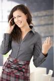 Glücklicher Büroangestellter, der das bewegliche Lächeln verwendet Stockfotos