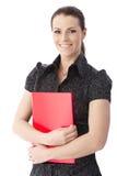 Glücklicher Büroangestellter mit rotem Faltblatt Stockfoto