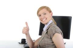 Glücklicher Büroangestellter an seinem Schreibtisch. Lizenzfreies Stockfoto