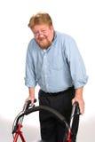 Glücklicher behinderter Mann, der Wanderer verwendet Stockfotos