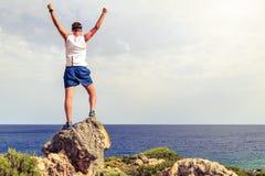 Glücklicher Bergsteigerläufer, der Lebenzielerfolgsmann erreicht lizenzfreie stockfotos