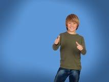 Glücklicher blonder Junge, der o.k. sagt Stockfotografie