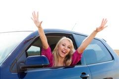Glücklicher blonder Mädchenfahrer im Autofenster Stockfotos