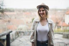 Glücklicher blonder weiblicher tragender Hut im Freien Lizenzfreie Stockbilder