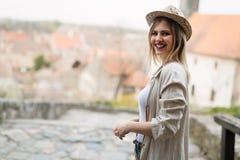 Glücklicher blonder weiblicher tragender Hut im Freien Lizenzfreie Stockfotografie