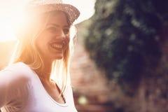 Glücklicher blonder weiblicher tragender Hut im Freien Stockbilder