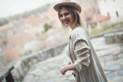 Glücklicher blonder weiblicher tragender Hut im Freien Stockfotos