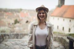 Glücklicher blonder weiblicher tragender Hut im Freien Lizenzfreies Stockbild