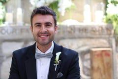 Glücklicher Bräutigam in der Kirche ungefähr zu heiraten Lizenzfreie Stockfotos
