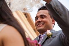 Glücklicher Bräutigam, der seine Braut betrachtet Stockfoto