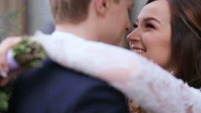 Glücklicher Bräutigam und Braut Glückliche und nette Hochzeitspaare, die miteinander zarte Gefühle zeigen Sehr frisch und schön stock footage