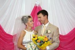 Glücklicher Bräutigam- und Brautblick auf anderen Stockfotografie