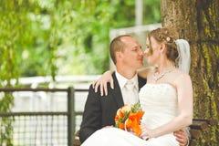 Glücklicher Bräutigam- und Brautblick auf einander Stockfoto