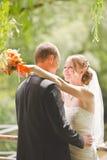 Glücklicher Bräutigam- und Brautblick auf einander Stockfotos
