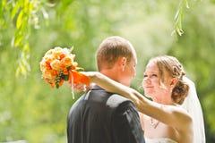 Glücklicher Bräutigam- und Brautblick auf einander Stockbild