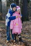 Glücklicher Bruder und Schwester im Wald Lizenzfreie Stockbilder