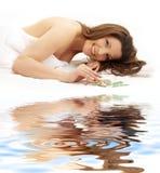Glücklicher Brunette auf weißem Sand Lizenzfreies Stockfoto