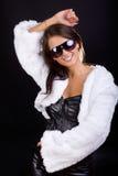 Glücklicher Brunette im weißen Mantel lizenzfreies stockbild