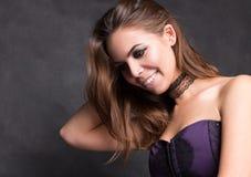 Glücklicher Brunette-junge Frau Portrait auf einem schwarzen Hintergrund lizenzfreie stockbilder