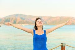 Glücklicher Brunette nahe dem Meer Stockbilder