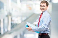 Glücklicher Buchhaltungsleiter mit einem Ordner von Dokumenten Stockbild