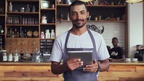 Gl?cklicher Caf?inhaber, der digitale Tablette verwendet stock footage