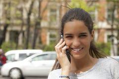 Glücklicher Chat auf dem Mobile Stockbild